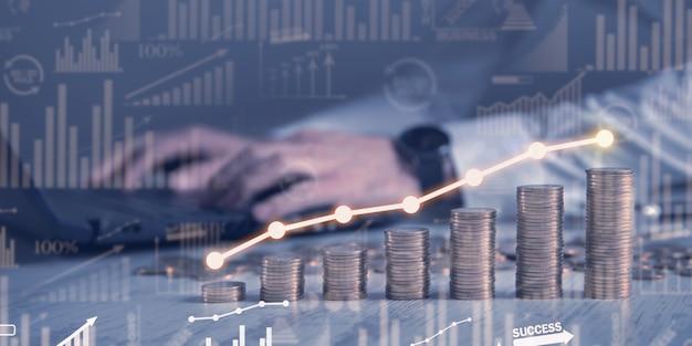 Uomo con una pila di monete con un grafico di profitto.
