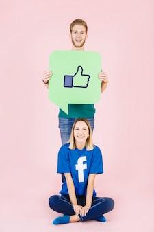 L'uomo con i pollici aumenta il fumetto del segno che sta dietro la donna felice