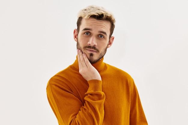 Uomo con acconciatura alla moda autunno abbigliamento stile moderno