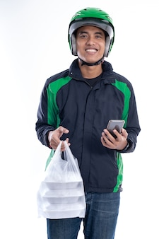 Uomo con giacca uniforme e casco offrendo cibo