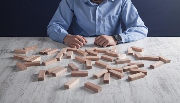 Uomo con blocchi di legno. concetto di affari