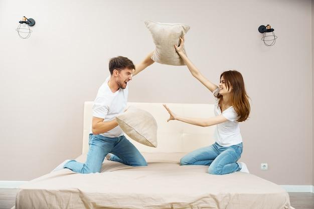 Un uomo e una donna sono seduti sul letto e parlano di una relazione, un vero litigio