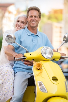 L'uomo e la donna stanno sorridendo.