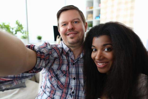 L'uomo e la donna stanno prendendo il primo piano del selfie