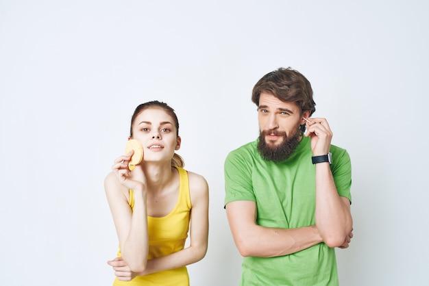 Uomo e donna nello stile di vita mattutino dell'igiene del bagno