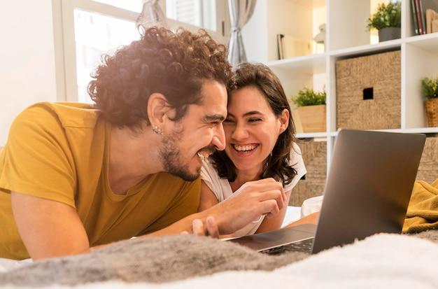 Uomo e donna che stanno bene a casa