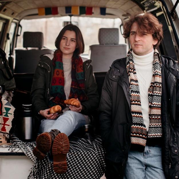 Uomo e donna pronti per un viaggio su strada