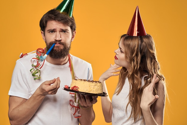 Priorità bassa gialla della torta festiva di compleanno della donna e dell'uomo