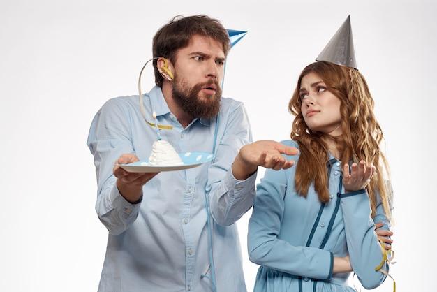 L'uomo e la donna festeggiano il compleanno con la torta