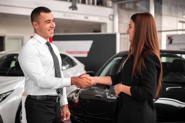 Uomo e donna che chiudono un affare