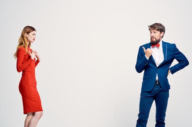 Uomo e donna comunicazione moda sfondo isolato. foto di alta qualità
