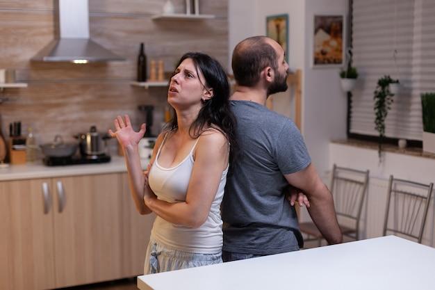 Uomo e donna in coppia che discutono di problemi matrimoniali