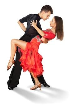 Uomo e donna che ballano salsa su sfondo bianco