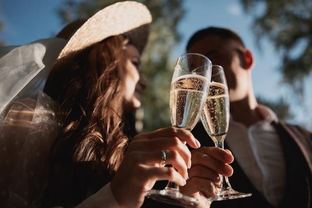 Uomo e donna che bevono champagne in natura