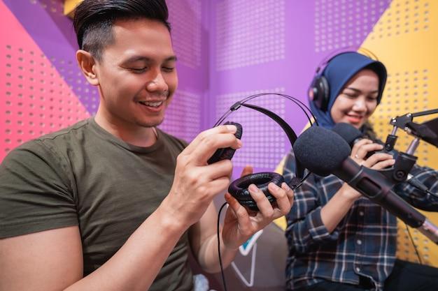 Uomo e donna durante un'intervista dal vivo in studio podcast insieme