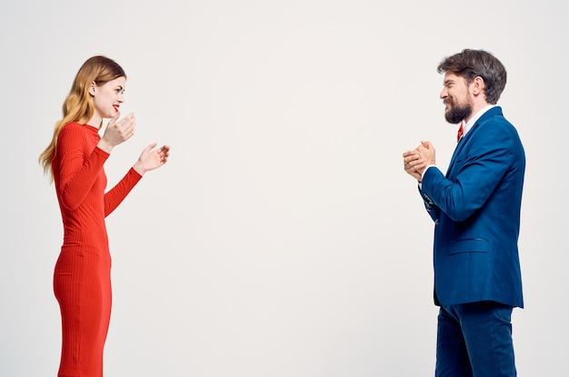 L'uomo e la donna emozioni gesti delle mani sfondo isolato. foto di alta qualità
