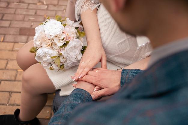 Un uomo e una donna si sposano, fuori dalla porta