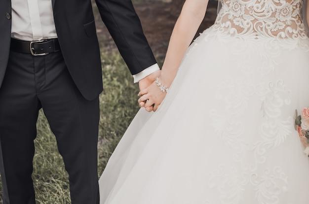 Uomo e donna che tengono le mani