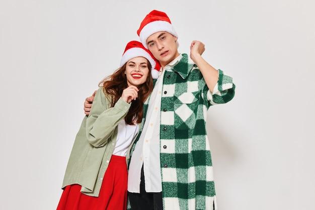 Uomo e donna che abbraccia i vestiti di capodanno natale vacanze invernali