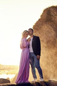 Uomo e una donna che abbraccia in estate