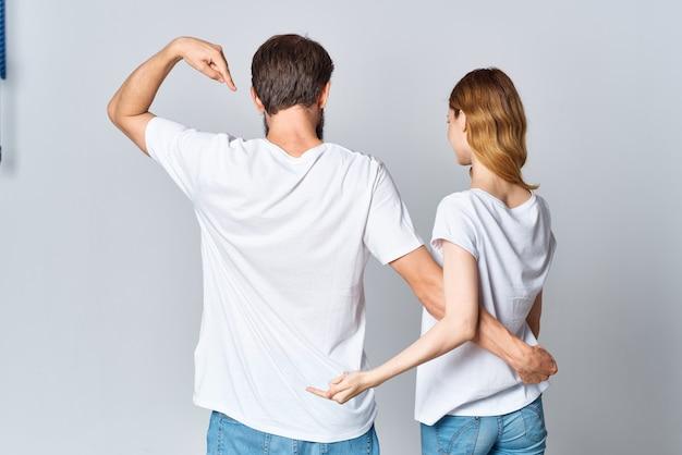 Uomo e donna che si abbracciano in magliette bianche mockup vista posteriore