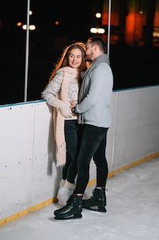 Uomo e donna su una pista di pattinaggio sul ghiaccio
