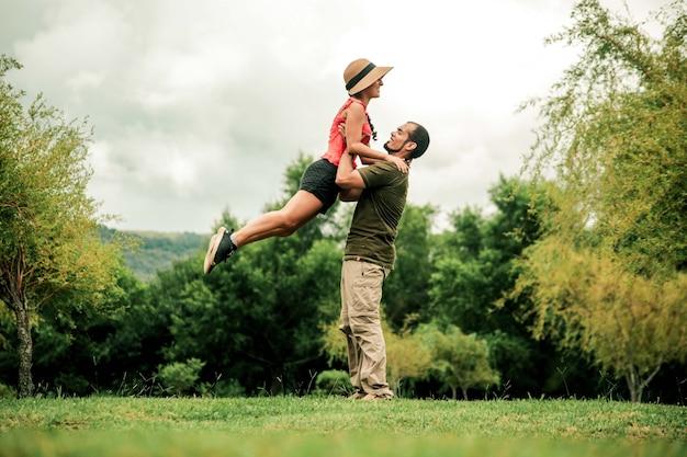 Uomo e donna che salta per la fotografia