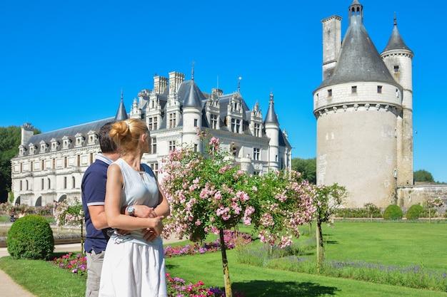 Uomo e donna che guardano il castello rinascimentale medievale di chenonceau in francia
