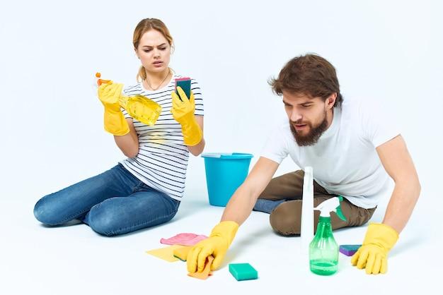 Uomo e donna vicino alla fornitura di servizi di pulizia della stanza del divano. foto di alta qualità