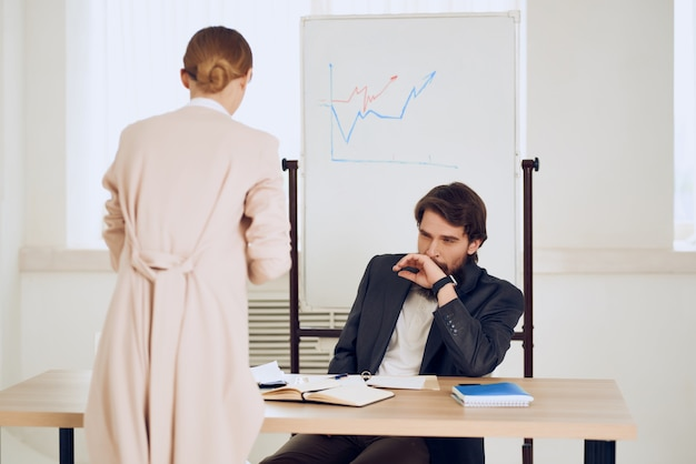 Uomo e donna in ufficio al lavoro di comunicazione scrivania communication