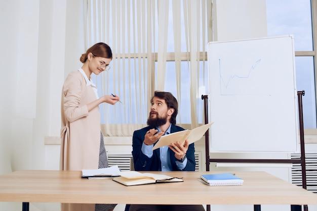 Uomo e donna nel team di comunicazione del lavoro d'ufficio