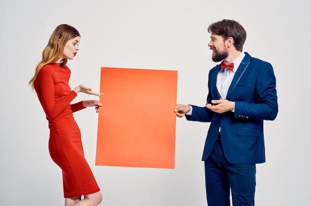 Uomo e donna mockup rosso poster pubblicitario vendita spazio caffè