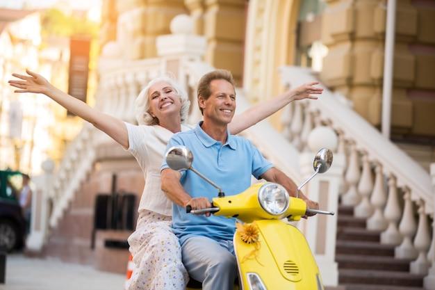 L'uomo e la donna guidano lo scooter.