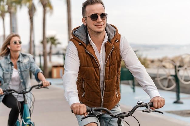 Uomo e donna in sella alle loro biciclette