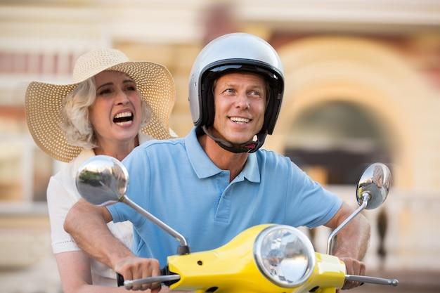 Uomo e donna in scooter.