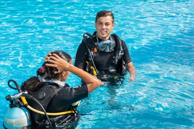 Uomo e donna in attrezzatura e attrezzatura subacquea