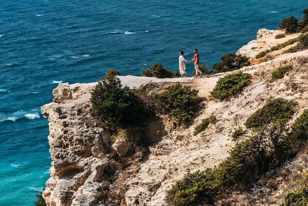 Uomo e donna al mare. una coppia innamorata viaggia. una coppia innamorata trascorre una vacanza al mare. il rapporto tra un uomo e una donna. viaggio di nozze. sposi novelli in luna di miele. copia spazio