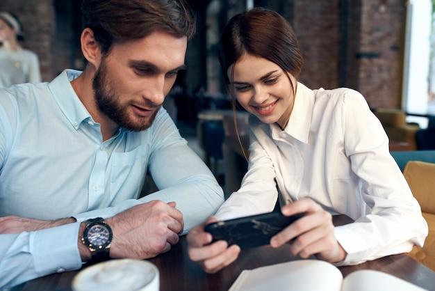 Uomo e donna seduti al caffè colazione colleghi di lavoro