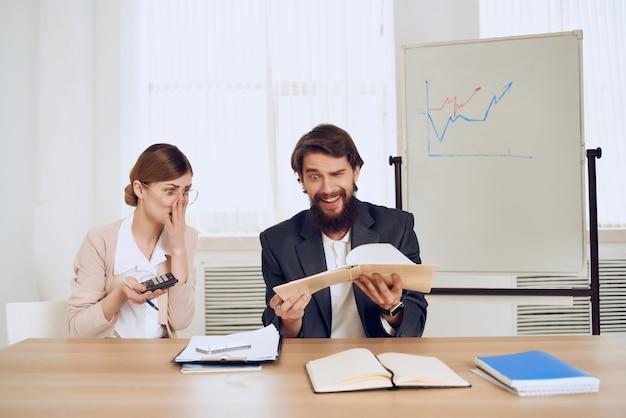 Uomo e donna seduti a una scrivania professionisti della comunicazione di lavoro d'ufficio