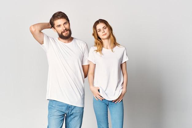 Uomo e donna stanno fianco a fianco in magliette bianche copia spazio mockup design