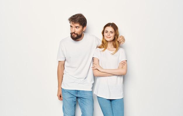 L'uomo e la donna stanno accanto allo stile di vita di abbigliamento casual della famiglia delle t-shirt.