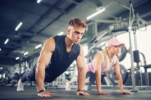 L'uomo e la donna rafforzano le mani durante l'allenamento fitness