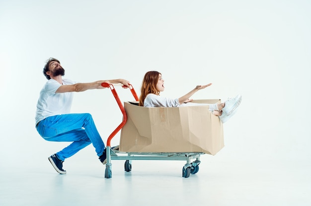 L'uomo accanto alla donna supermercato lifestyle divertente sfondo chiaro