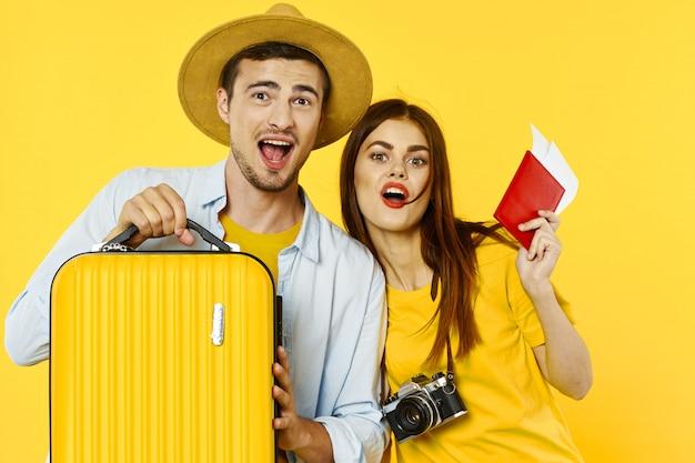 Viaggiatore uomo e donna con una valigia