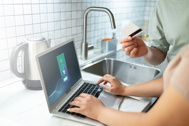 Uomo e donna che usano il laptop per lo shopping online con carta di credito