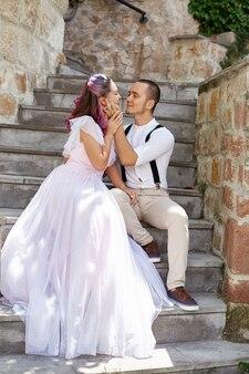 Un uomo e una donna camminano e si abbracciano. coppia in amore, sposa e sposo