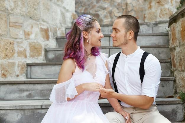 Un uomo e una donna camminano e si abbracciano.