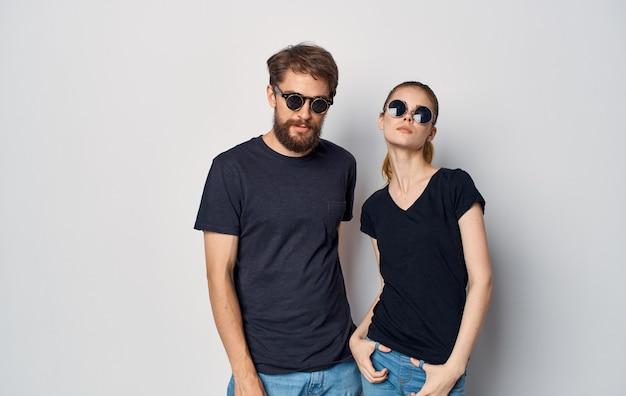 Uomo e donna che indossano abiti casual t-shirt nere