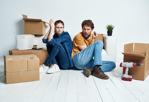 Si muovono un uomo e una donna con le scatole