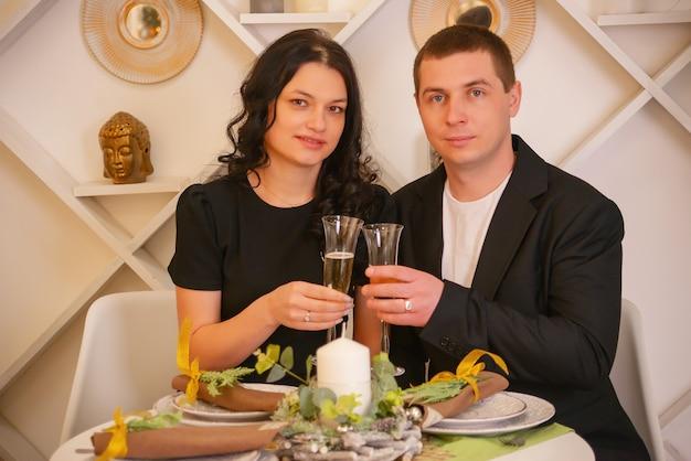 Uomo e donna con cena romantica champagne